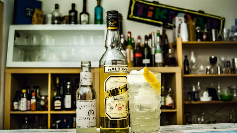 Aalborg Jubiläums Akvavit in einer Gin Tonic-Alternative mit Gentleman's Classy Lemon.