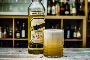 Der Aalborg Jubiläums Akvavit in einem Derdrake Sour Cocktail mit Eiweiß und Falernum.