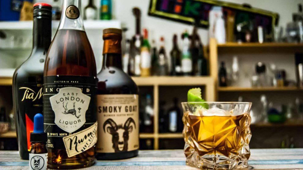 """Unsere Instagram-Follower kennen den """"Goat in the Hammock"""" schon - alle anderen finden diesen Coffee & Cigarettes-Drink bald hier auf Cocktailbart.de."""