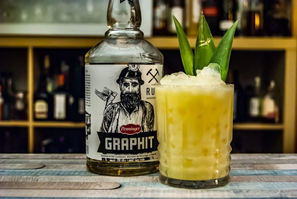 Eine Pina Colada mit Penninger Graphit Rum.