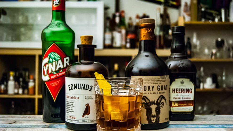 Edmund's Bitterfürst in einem Cocktail mit Cynar, Willy, Scotch und Cherry Heering.