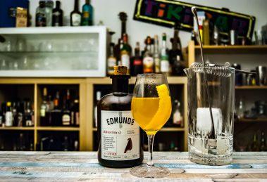Der Bitterfürst von Edmund's Liköre im Sidecar 79268 Cocktail mit Cognac, Zucker und Zitrone.