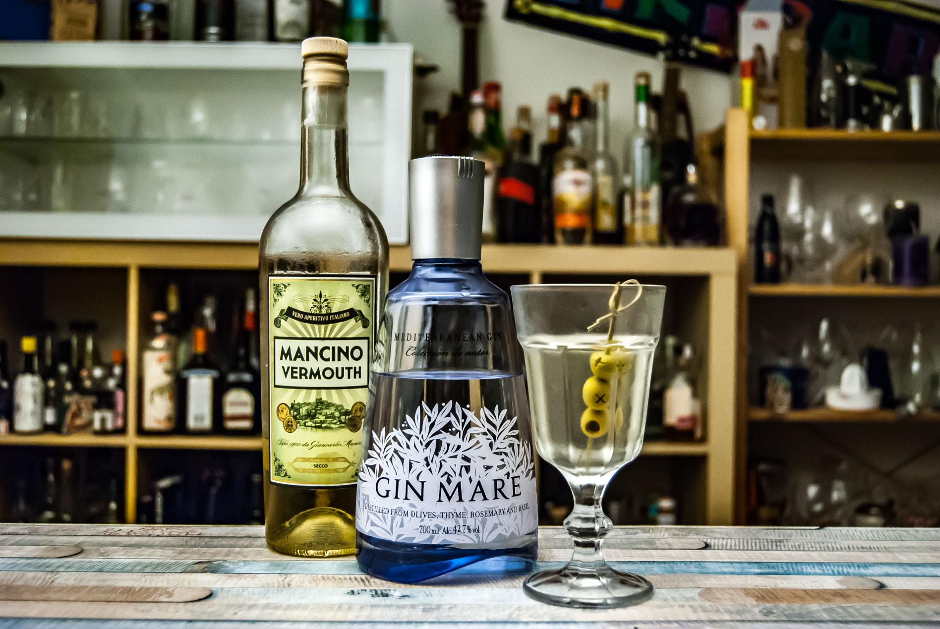 Der Gin Mare im Dirty Martini mit Mancino Vermouth Secco.