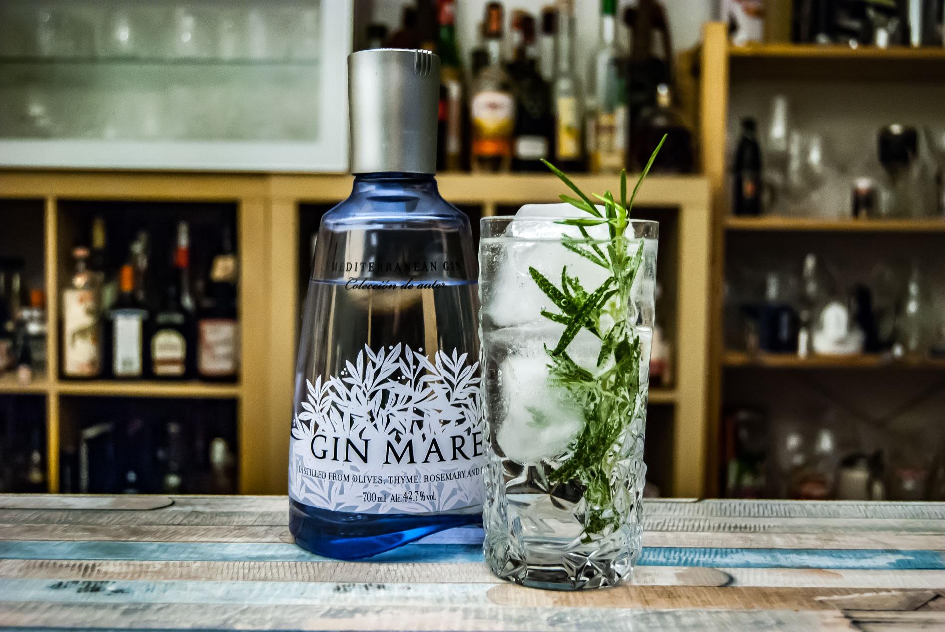Der Gin Mare im Gin Tonic, garniert mit Rosmarin.