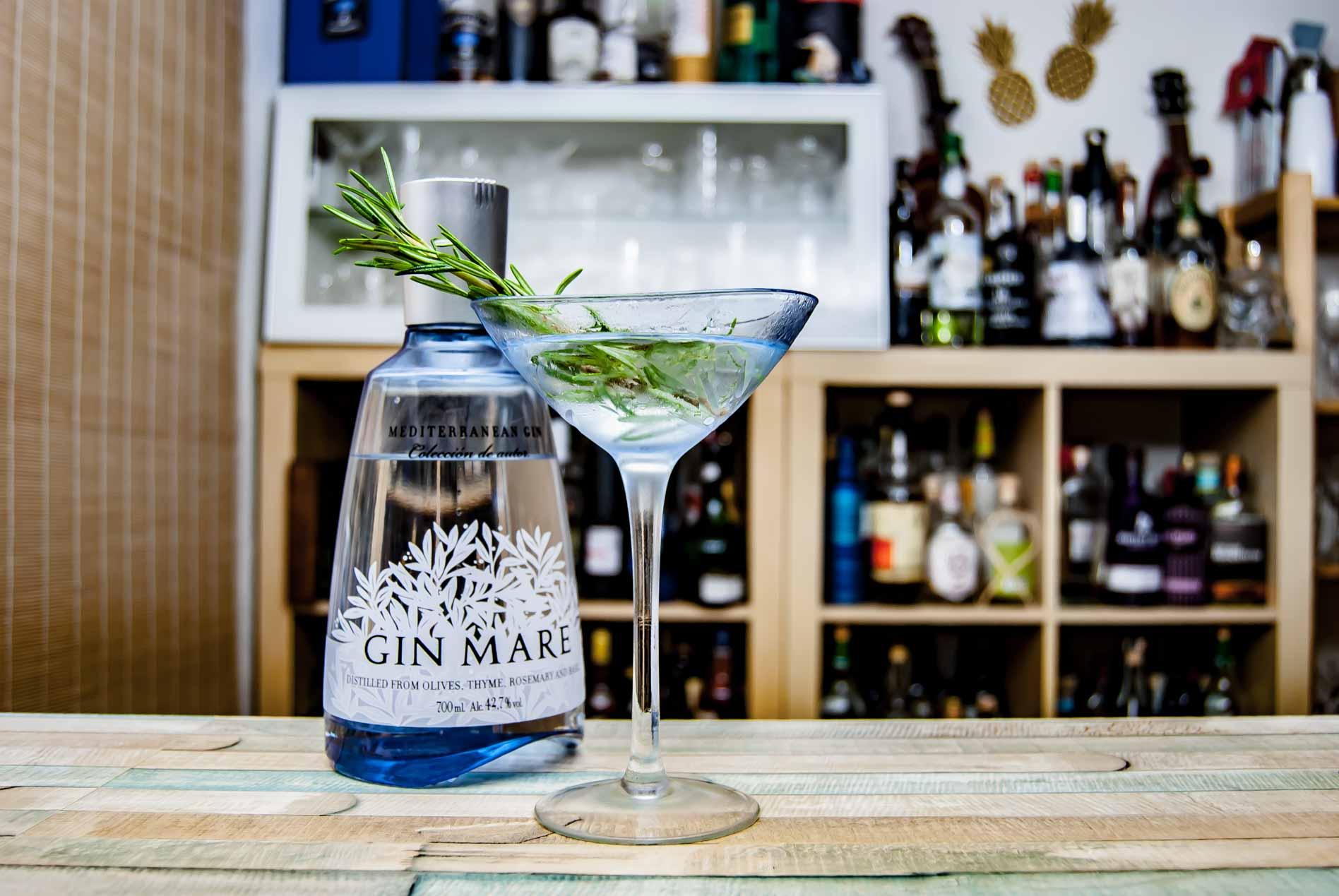 Gin Mare in einem Martini, dekoriert mit Rosmarin.