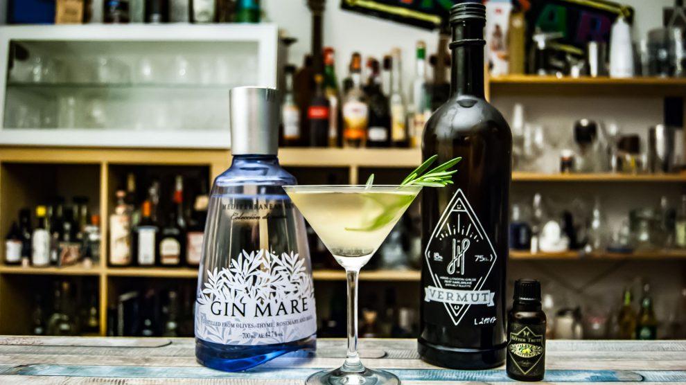 Der Gin Mare im Martini mit Hoos Vermut Weiß und The Bitter Truth Olive Bitters.