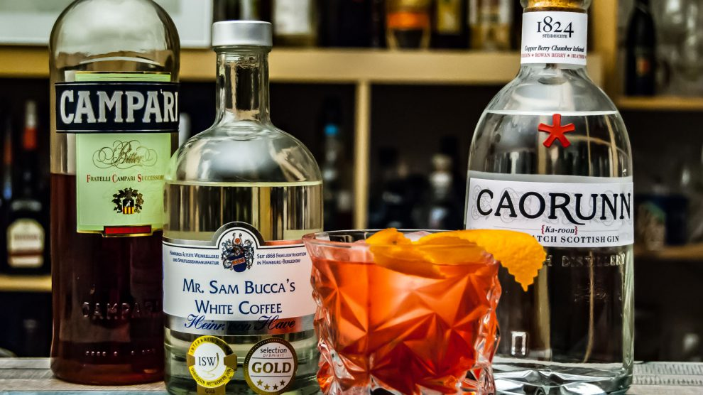 Der Pink Coffee Negroni mit Heinrich von Haves Mr. Sam Bucca's White Coffee, Caorunn Gin und Campari.