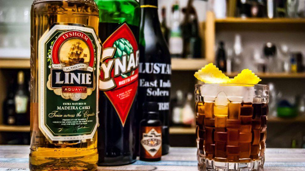 Linie Aquavit im Trident Cocktail mit Cynar und Sherry.