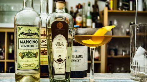 Rutte Old Simon Genever im Savelberg Cocktail mit zwei Varianten Mancino Vermouth und Williams Birne von den Gebrüdern Schmidt.