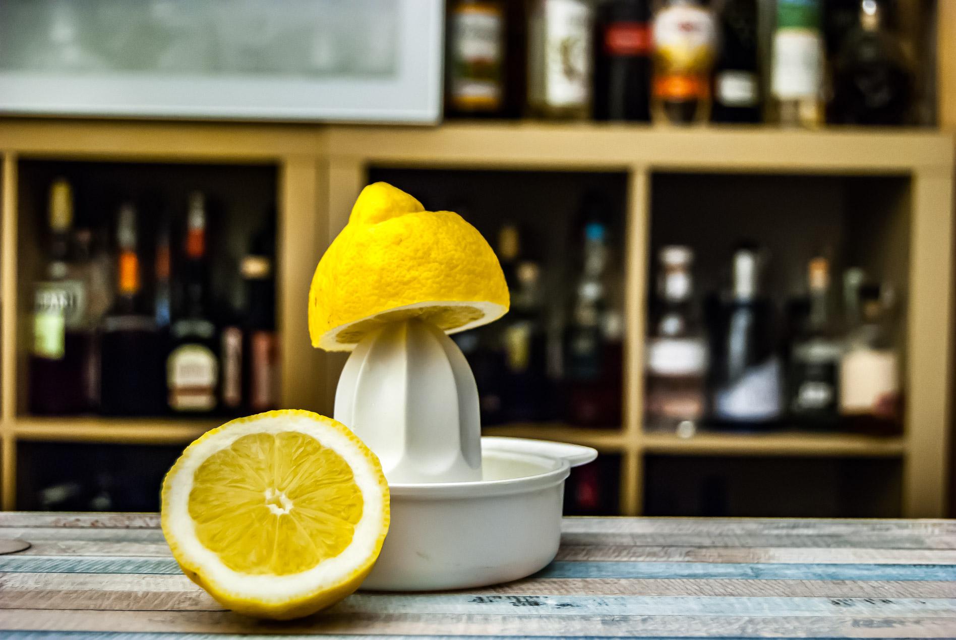 Einen Zitronenpresse, wie sie praktisch jeder zu Hause hat - das Ding nimmt sich auch Orangen und Grapefruits zur Brust.