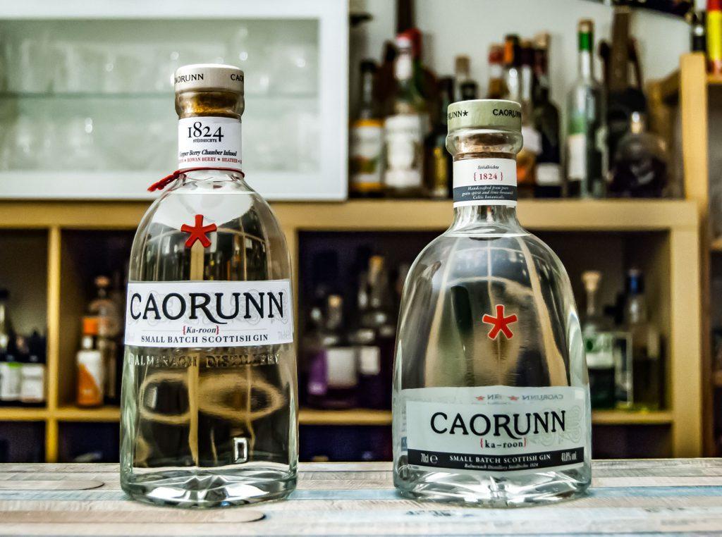 Die alte (rechts) und neue Flasche Caorunn Gin im Vergleich.