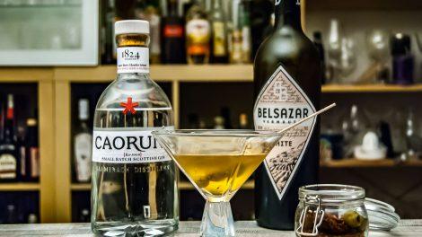Der Caorunn Gin im Dirty Martini mit Belsazar Vermouth und Olivenlake.