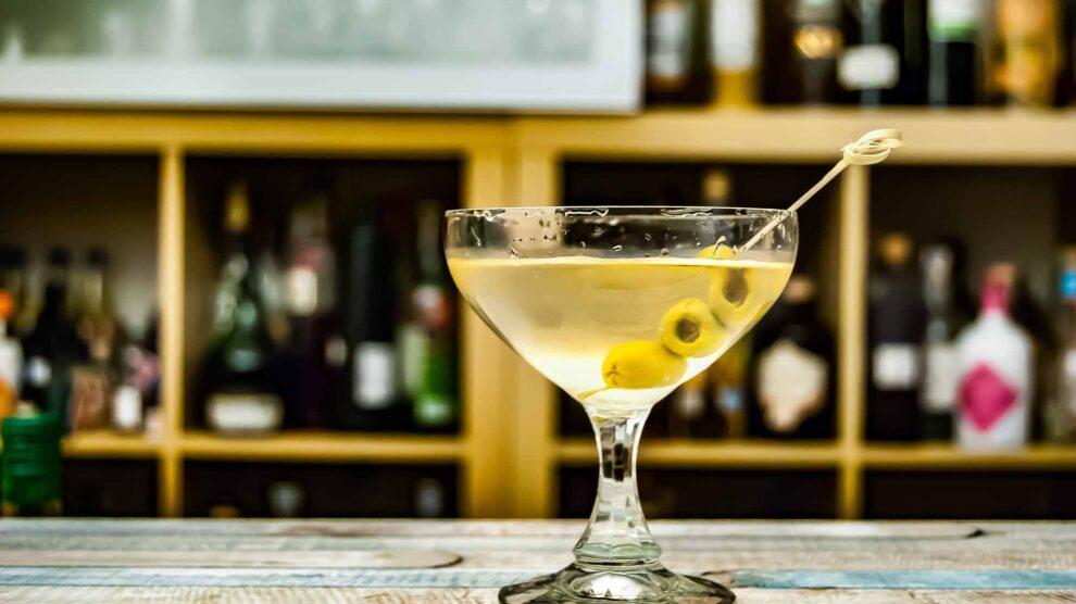 Ein Dirty Martini mit Gin, Wermut und Olivenlake.