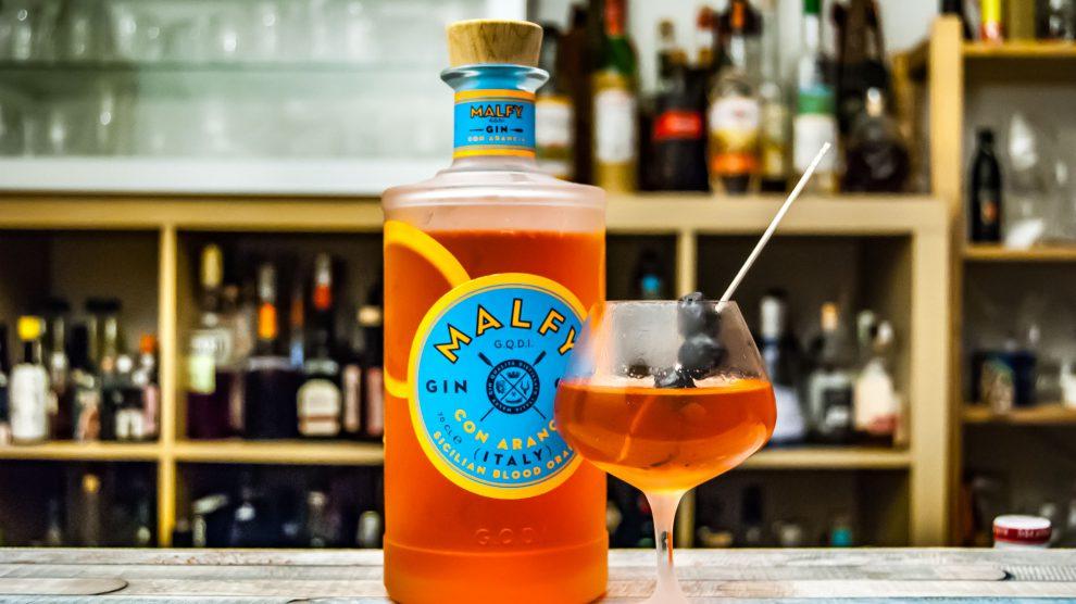 Malfy Gin con Arancia in einem Dirty Martini mit Olivenlake. Abseitig, aber erstaunlich gut.