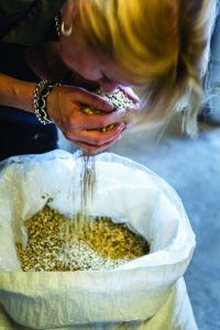 Myriam Hendricky kontrolliert die Botanicals für Ihre Zutaten nicht nur - sie sammelt sie teils sogar selbst.