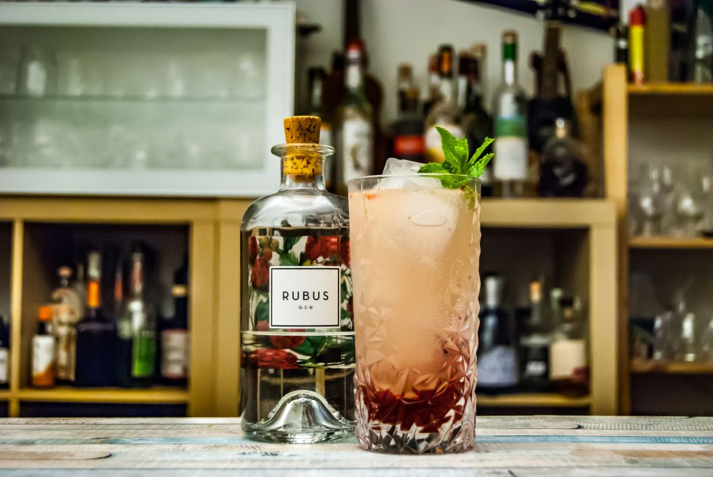 Rubus Gin in der Kaiserschorle, einem Hybrid aus Bramble und Gin Gin Mule.