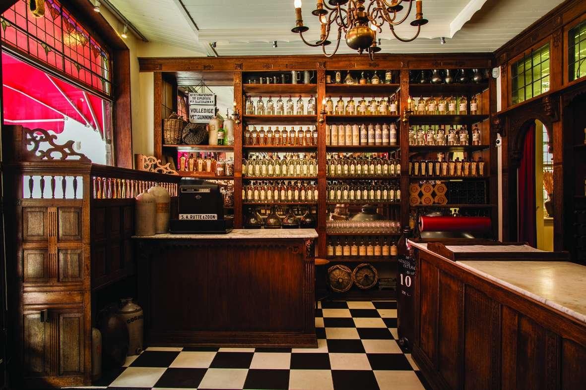 Der kleine Laden der Rutte Distillery befindet sich im selben Gebäude wie die vergleichsweise kleine Destillerie in 130 Vrieseestraat, Dordrecht, Und das seit 1872.