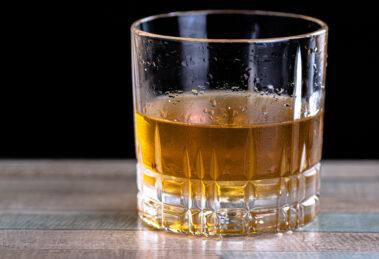 Der Sazerac Cocktail ist schlicht, stark und nach einer Weile lauwarm.