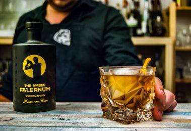 Von Have Amber Falernum in einem Sherry Herbst Cocktail.