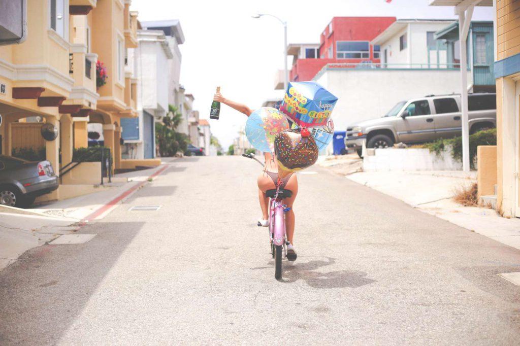 Schaumwein und Fahrradfahren in der Unterbuxe: so geht Leben.