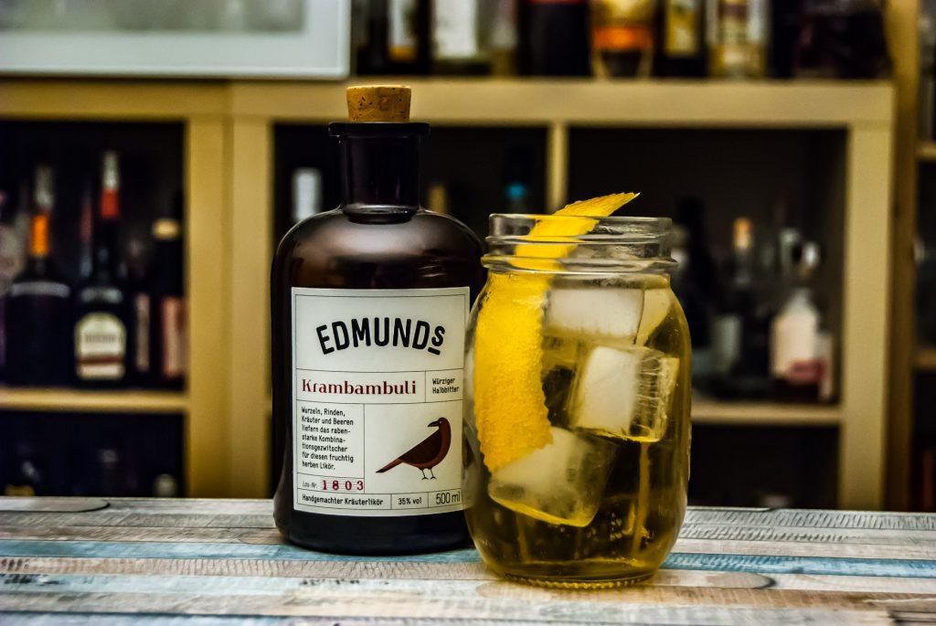 Ein Horse's Neck mit Ginger Ale und Edmund's Liköre Krambambuli.