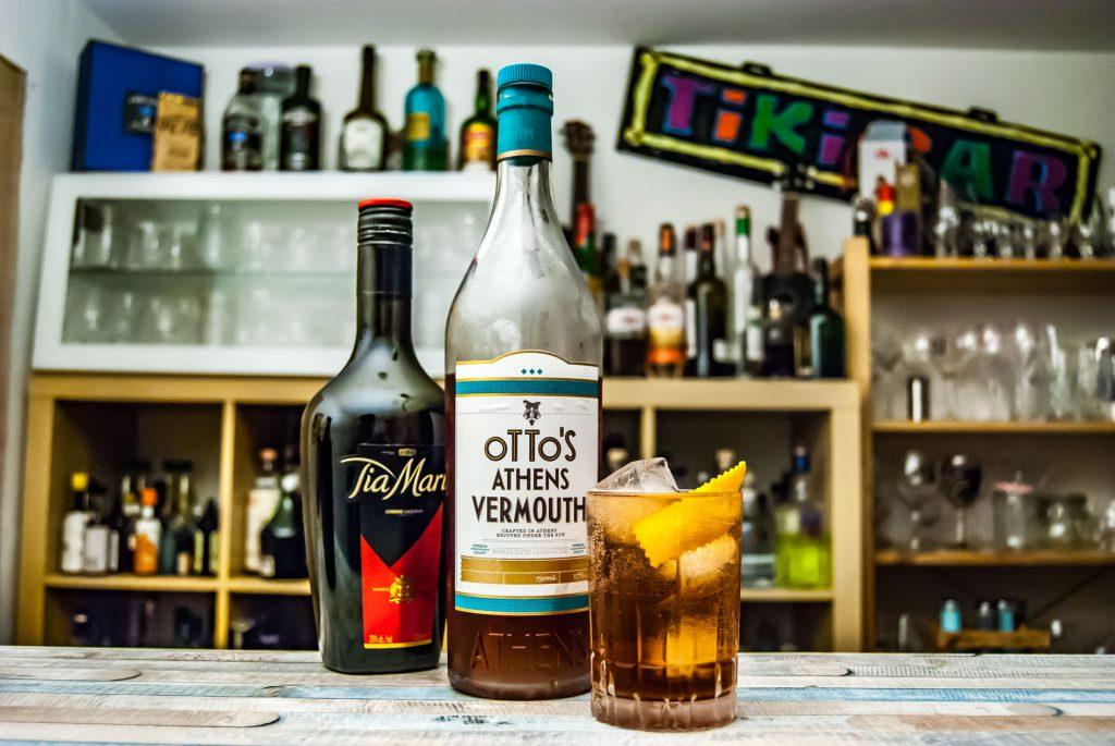 Der Otto's Athens Vermouth im Heritage Highball mit Kaffeelikör und Orangensaft.