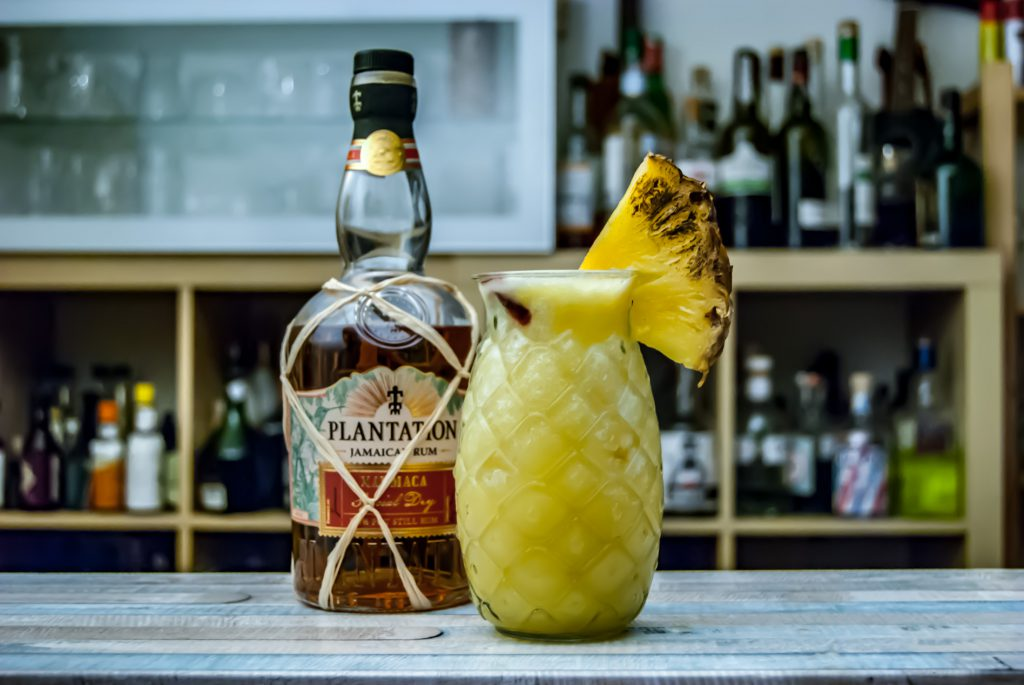 Ein Xaymaca Old Fashioned in einer Piña Colada.