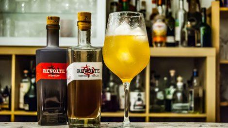 Unser Experiment aus Swedish Punch, Revolte Overproof, Limette und Champagner - das braucht noch Feinjustierung.
