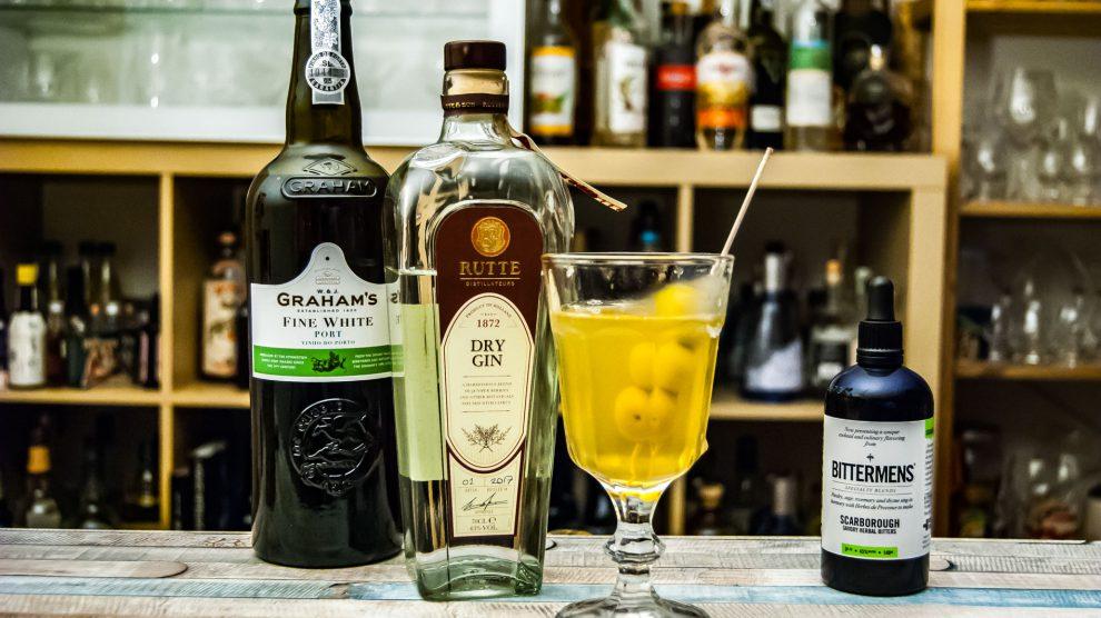 Rutte Dry Gin in einem Dirty Hi-Ho - einem Dirty Martini mit weißem Port statt Vermouth.