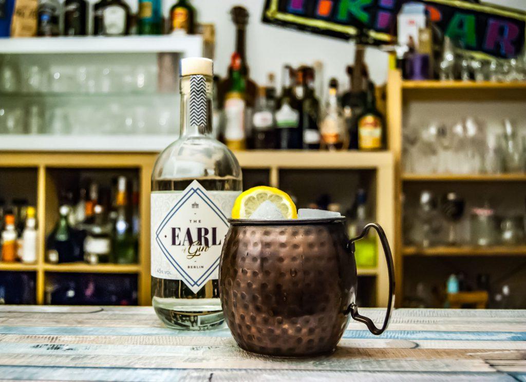 Der Earl of Gin im Gin Buck. Ja, den serviert man normalerweise im Fizz-Glas. Aber man holt die Kupferdinger doch eh so selten raus ...