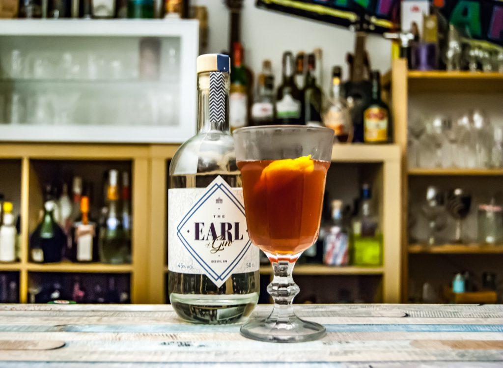 The Earl of Gin im Martinez mit rotem Wermut, Bitters und Maraschino.