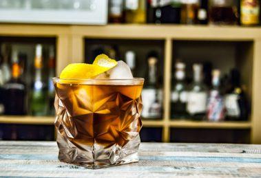 Der Vieux Carré Cocktails aus Cognac, Rye Whiskey, süßem Wermut, Peychaud's und Angostura Bitters sowie Bénédictine.