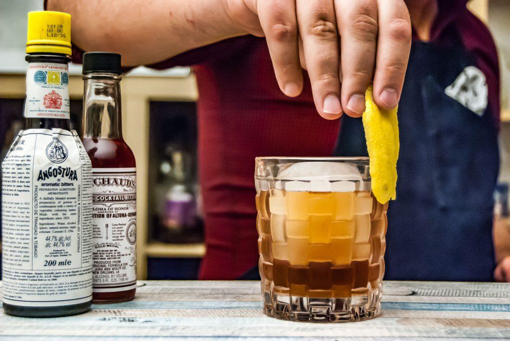 Den Glasrand mit einer Zitronenzeste abzureiben gibt dem Drink insgesamt mehr Frische.