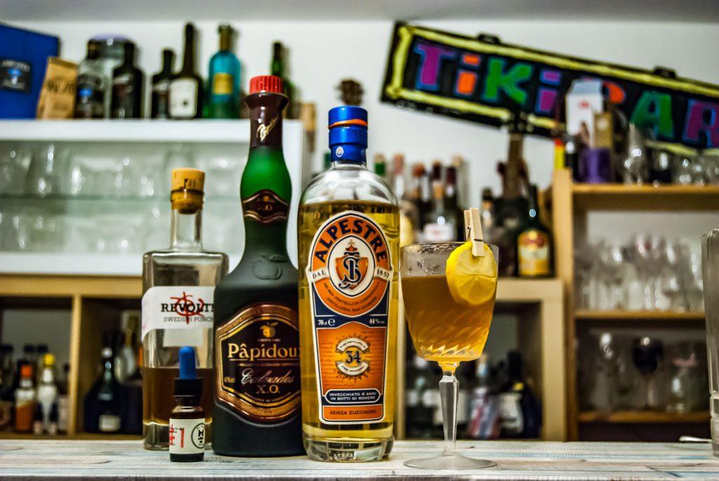 Alpestre im Alpino-Cocktail mit Revolte Swedish Punch und Papidoux Calvados sowie Dr. Sours Bitters.