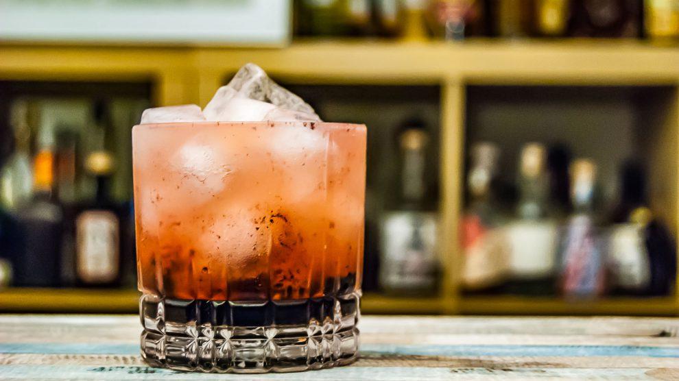 Ein Bramble Cocktail.