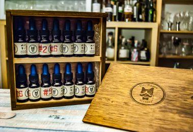 Das Dr. Sour Bitters Mini-Kit mit allen ständig verfügbaren Sorten in der affengeilen Holzbox.