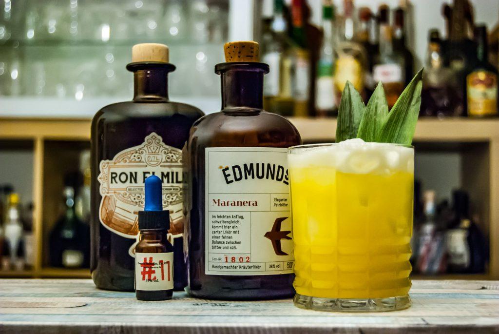 Der Edmund's Maranera in einem Kobayashi Mara mit Rum (wir nehmen Ron Elmilio) und Dr. Sours Manganero Bitters!