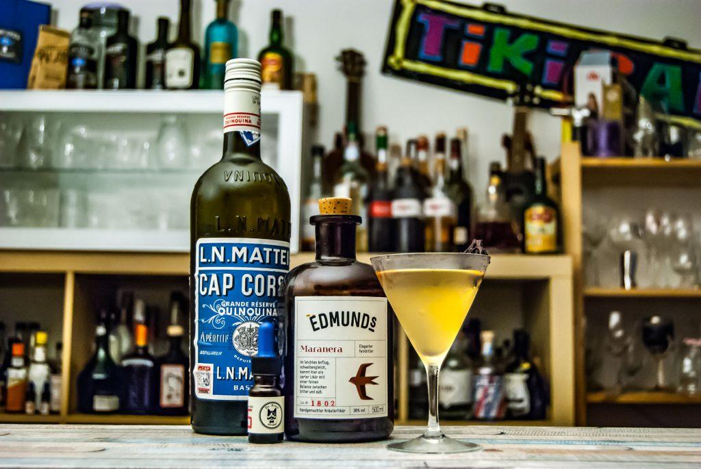 Der Edmund's Maranera in einem Martini mit Cap Corse Blanc und Dr. Sours Tabak-Bitters.