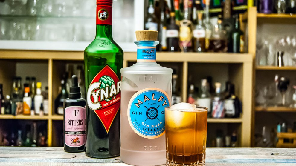 Malfy Gin rosa im Pomplemo Highball mit Cynar, Lavendel-Bitters und Grapefruit-Limo.