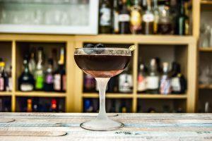 Ein Manhattan Cocktail mit Bourbon, Wermut und Maraschino-Kirschen.