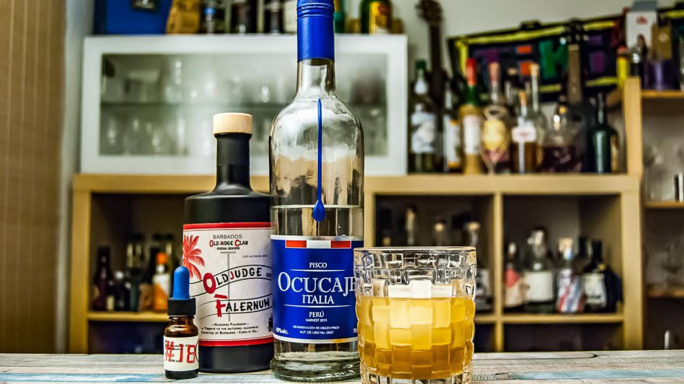 Ocucaje italia Pisco im Chilcano im Grape 'n Oil mit Dr. Sours Bitters und Old Judge Special Reserve Falernum.