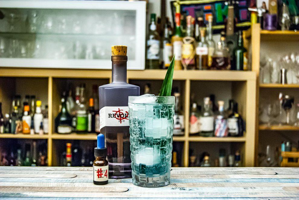 Dr. Sours Bitters zusammen mit Revolte Rum im Dead End-Cocktail mit Pandan-Sirup. Der Wahn - Rezept gibt's auf Instagram!