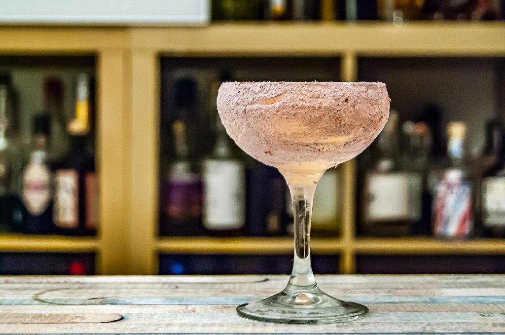 Shoreditch Cocktail mit Hoxton Pink Gin, Benedictine, Chartreuse,. Limette und Ginger Beer.
