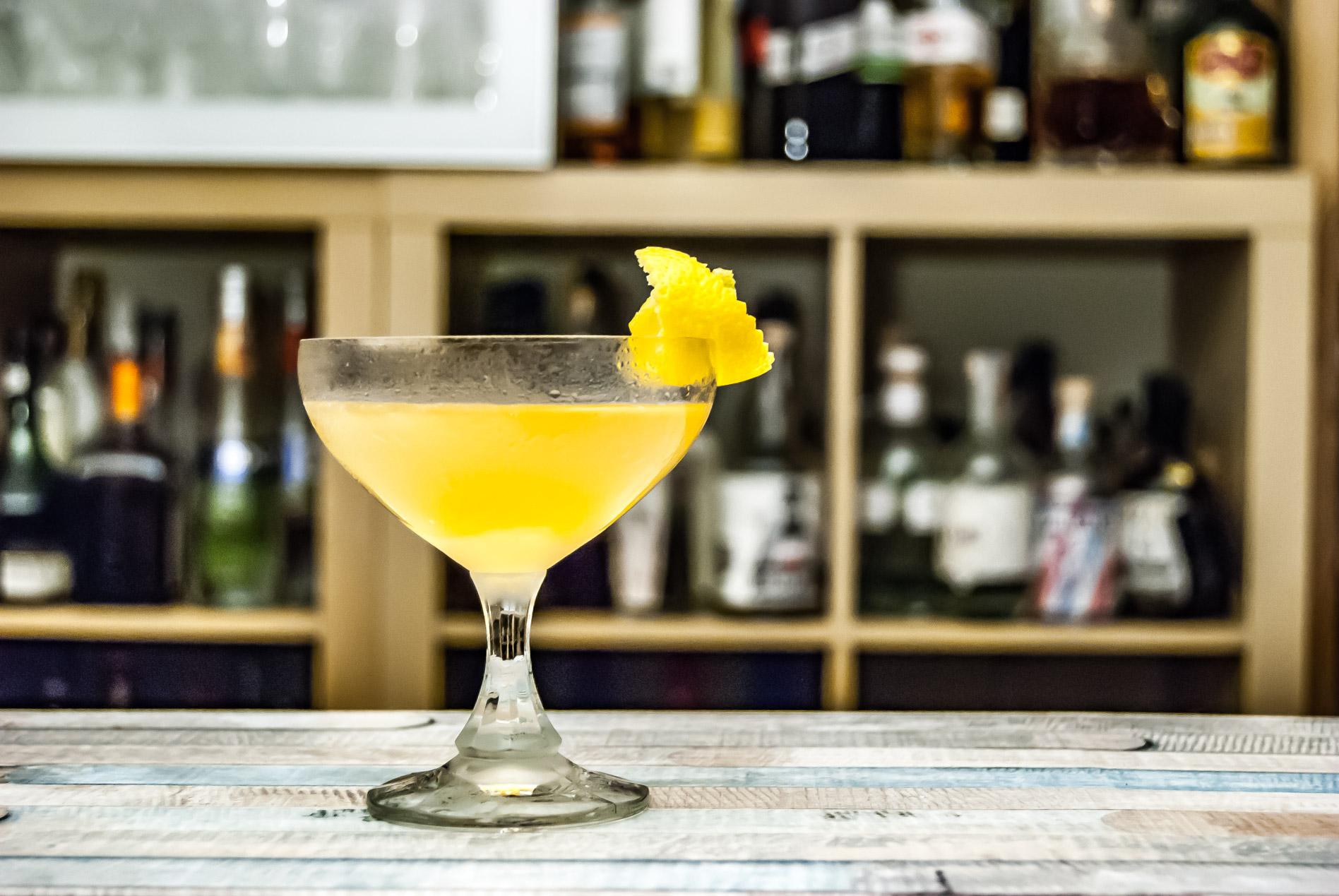 Der Bee's Knees Cocktail mit Gin, Honig und Zitronensaft.