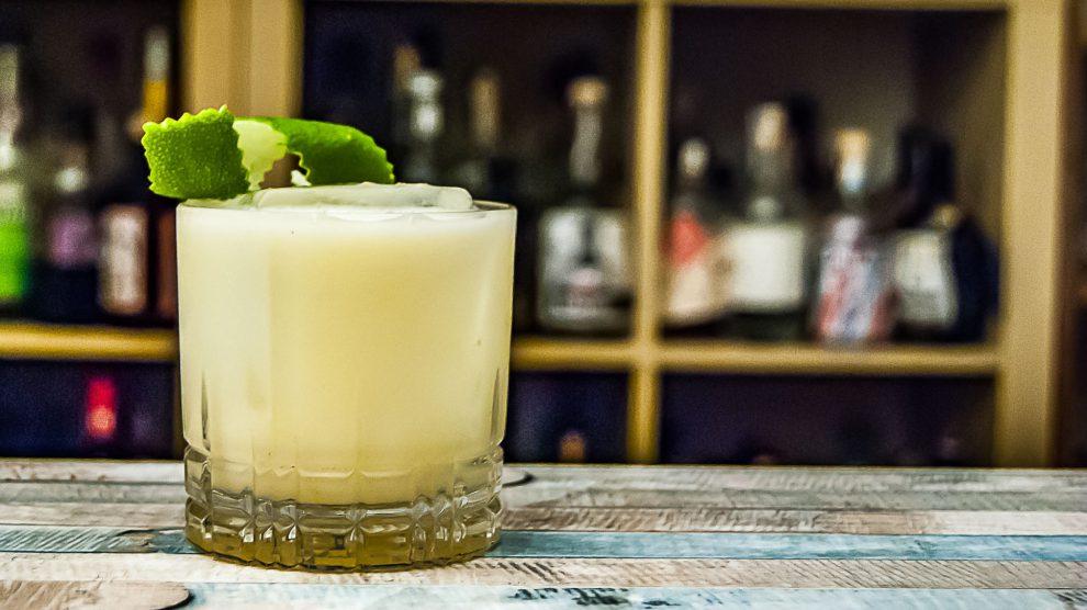 Buttermilch Margarita, dekoriert mit einer Limettenzeste.
