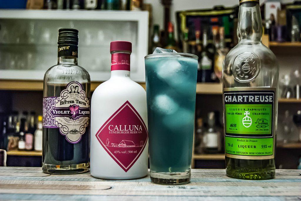 Calluna Lüneburger Heide Gin im Cyan Fizz mit The Bitter Truth Creme de Violette und Chartreuse.