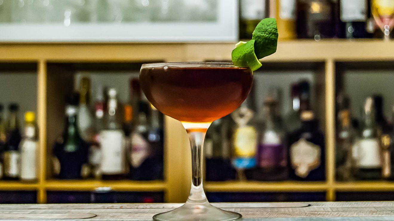 Estancia Racilla im Raicilla Manhattan mit rotem Vermouth und Dr. Sours All Sours Bitters.