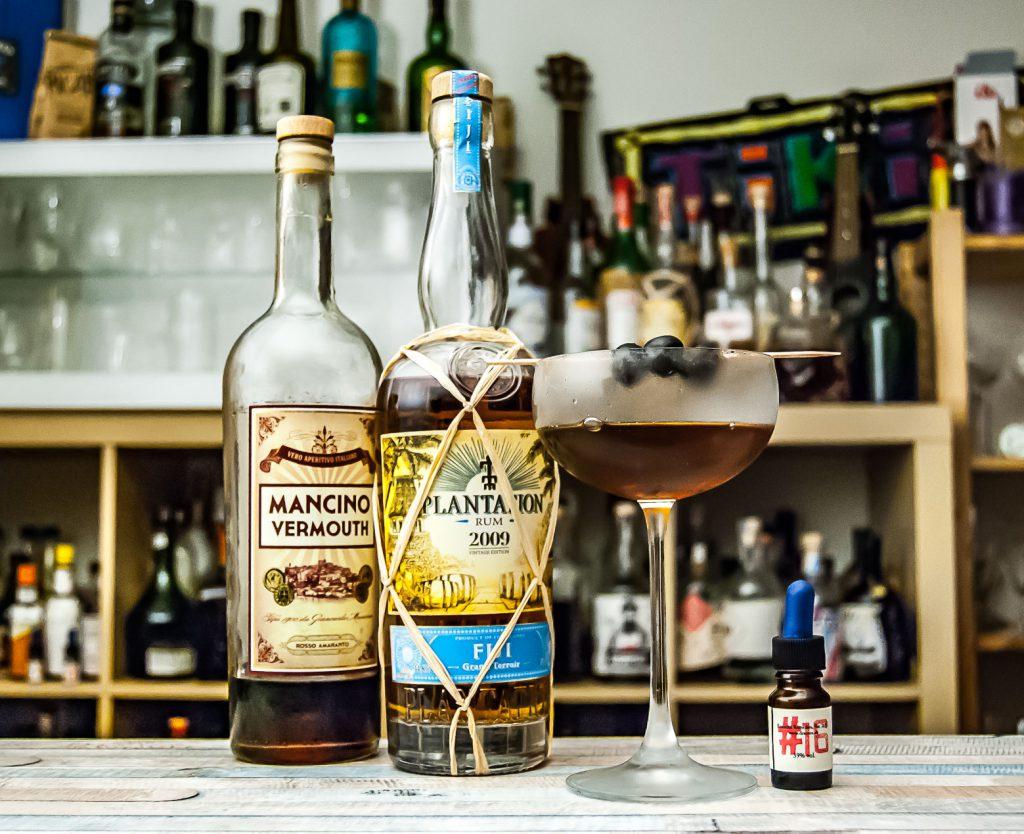 Der Plantation Fiji 2009 im Rum Manhattan mit Mancino Rosso und Tabak-Bitters von Dr. Sours.