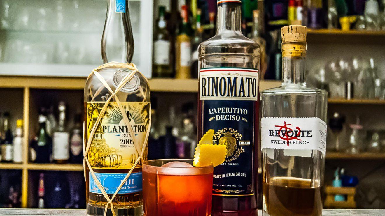 Der Plantation Fiji 2009 in unserer Rum-Negroni-Variante Nabukelevu mit Swedish Punch von Revolte Rum und Rinomato.