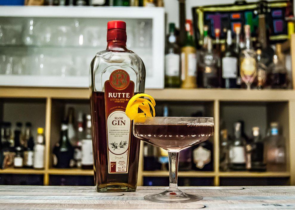 Rutte Sloe Gin im Blackthorne mit süßem Vermouth und Orange Bitters.